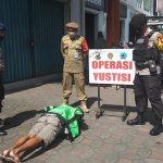 Pengamanan KTP dan Pembinaan bagi warga yang melanggar Prokes saat operasi Aman Nusa Gabungan Pol PP DIY dengan Polda DIY